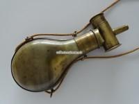 Pulverflasche um 1860 aus Horn mit Messinggarnitur